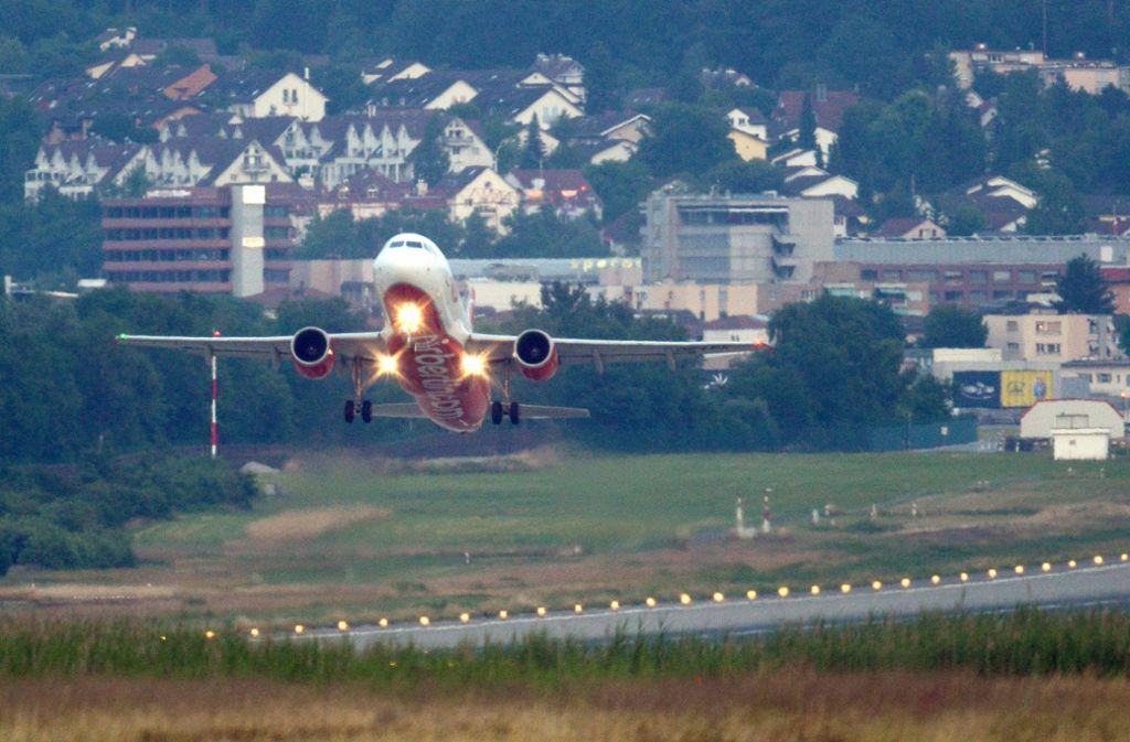 Am Flughafen Zürich-Kloten dürfen künftig am späten Abend mehr Flugzeuge starten. Foto: dpa