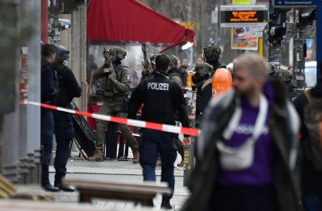 Die Polizei riegelte das Gebiet ab. Foto: AFP/JOHN MACDOUGALL