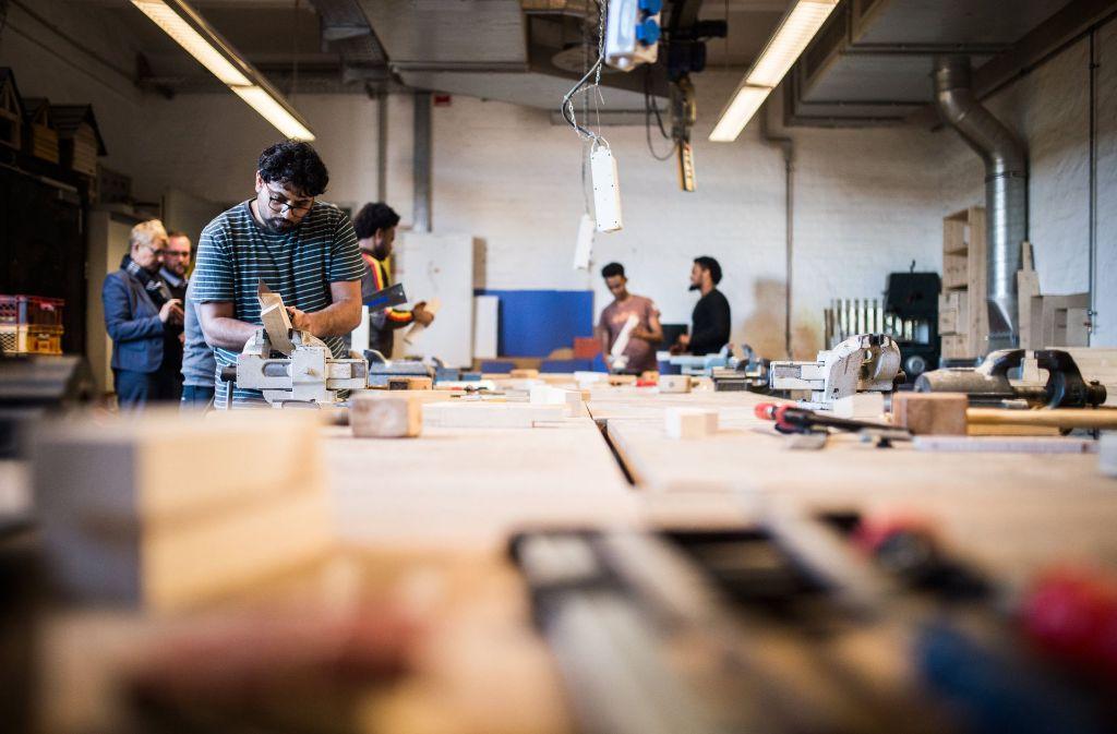 Die Flüchtlinge arbeiten etwa jeweils zur Hälfte in den Bereichen Handwerk sowie Industrie und Handel (Symbolbild). Foto: dpa