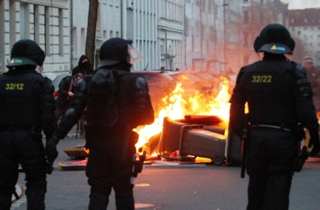 Am Rande einer Neonazi-Demo lieferten sich linke Gegendemonstranten schwere Auseinandersetzungen mit der Polizei. Foto: dpa