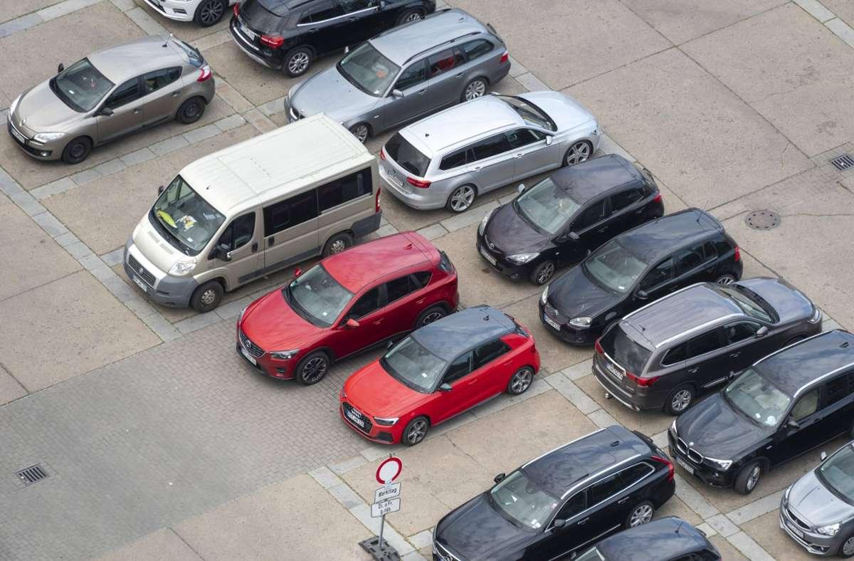 Auf einem Parkplatz in Fellbach wurde ein Auto stark beschädigt (Symbolbild). Foto: imago images/imagebroker/Stephan Schulz