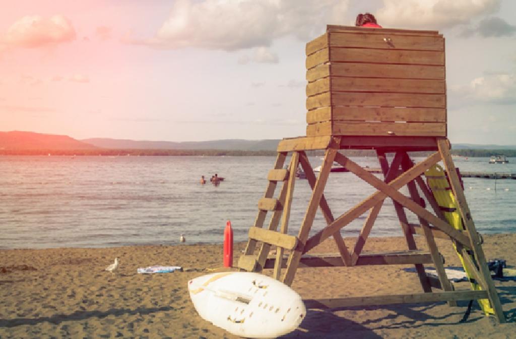 Der Arbeitsplatz des Bademeisters aus einem typischen Hollywoodstreifen. Foto: Pixabay