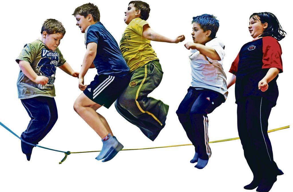 Übergewichtige Kinder hüpfen beim Seilspringen in der  Turnhalle einer Schule. Foto: dpa/Waltraud Grubitzsch