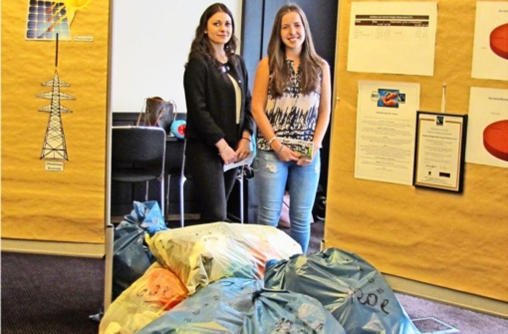 Natalie Brender (links) und Carolin Fröschle  haben das Hotel seit November kennengelernt – und unter anderem herausgefunden, wie viel Müll es am Tag produziert. Foto: Verena Eisele