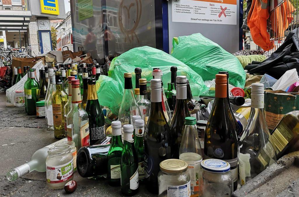 Eigentlich steht hier ein Altglascontainer: So sah es am Mittwoch am Ausgang zur S-Bahn-Haltestelle Schwabstraße aus. Der Dienstleister reagierte  – am heutigen Donnerstag war der Platz geräumt. Foto: Julian Kares