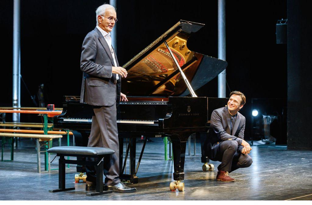 Nicht ohne meinen Steinway: Harald Schmidt (links) mit  Cornelius Meister, Generalmusikdirektor der Stuttgarter Oper Foto: Björn Klein