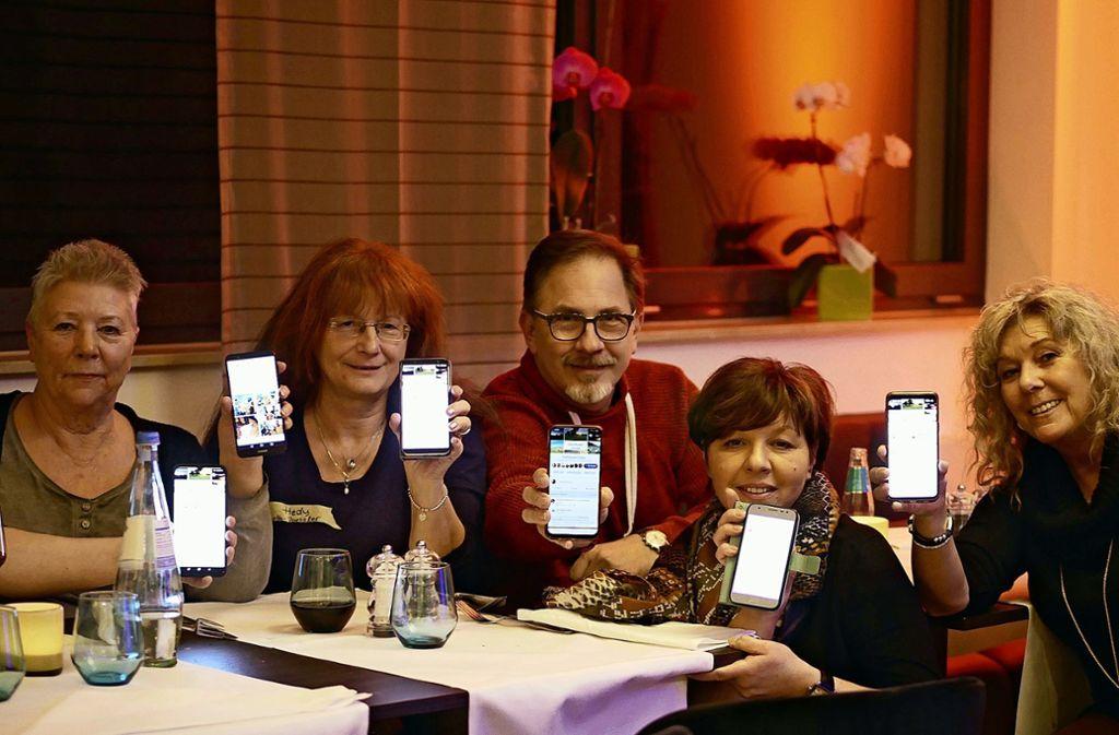 Vom virtuellen Fremden zur Offline-Bekanntschaft: Statt online miteinander zu diskutieren, verlagerte die Facebookgruppe die Konversation einen Abend lang vom Internet ins wahre Leben. Foto: Eileen Breuer