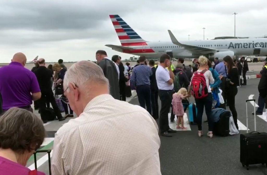 Wegen eines verdächtigen Gepäckstücks ist ein Teil des Flughafens in Manchester evakuiert worden. Foto: AP