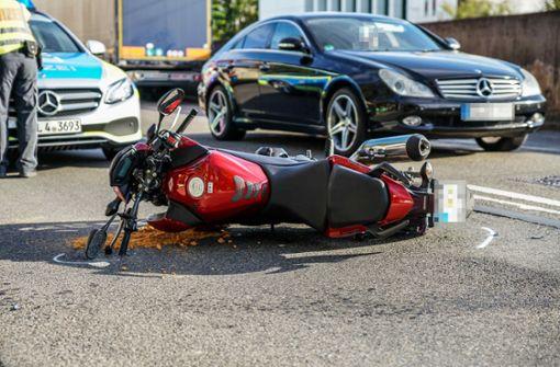 Motorradfahrer prallt gegen Auto