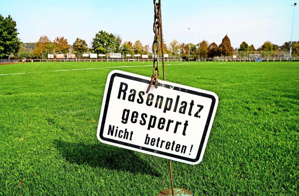Der Sportplatz im Kirchheimer Teilort ist  bis ins Frühjahr hinein unbespielbar. Foto: H. Rudel