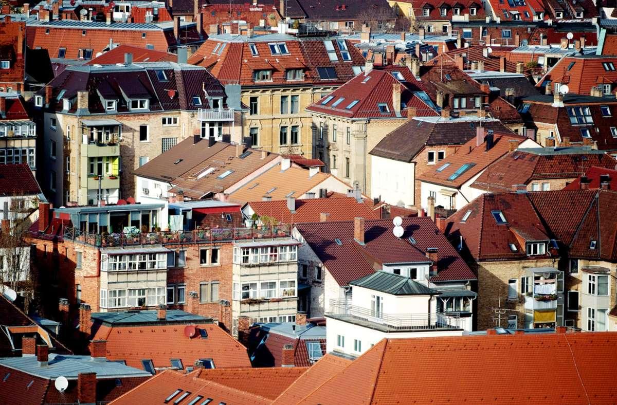 In Baden-Württemberg werden wieder mehr Wohnungen gebaut. Im Bild zu sehen sind Häuser in Stuttgart. (Archivbild) Foto: dpa/Marijan Murat