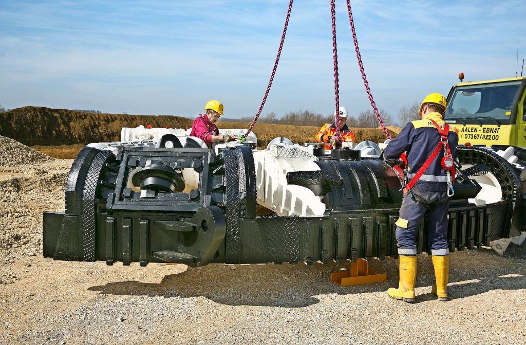 In Einzelteilen wird das Schneidwerkzeug der Tunnelvortriebsmaschine  angeliefert. Der Stahlkranz gräbt sich an vorderster Front durch den Untergrund. Foto: Horst Rudel