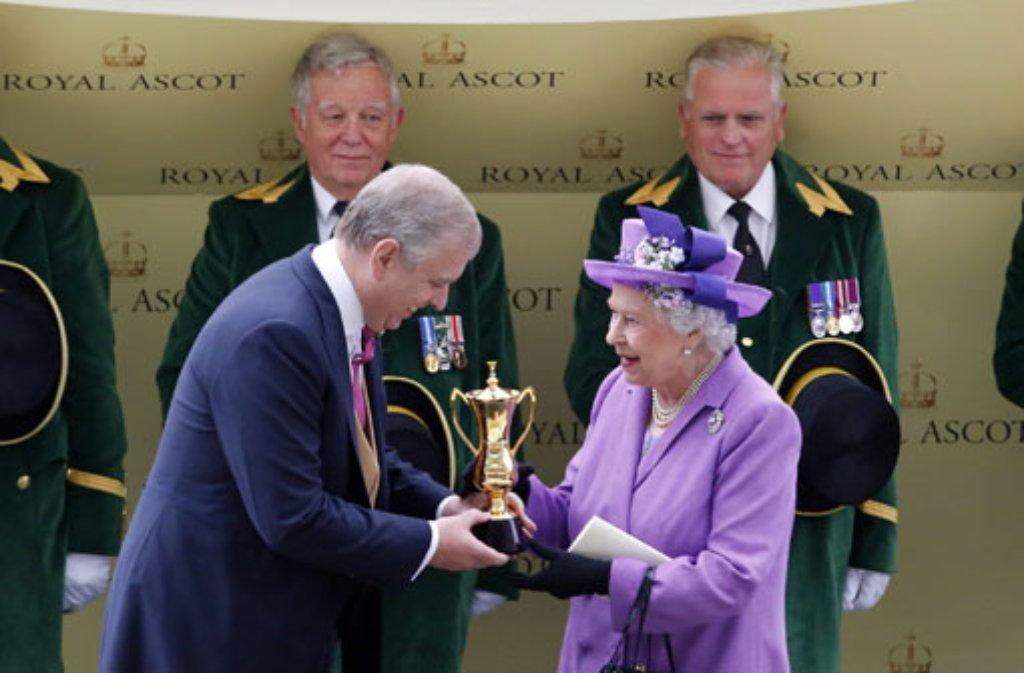Preisverleihung in Ascot. Für die Trophäe wird die Queen im Buckingham Palast sicher einen Platz finden. Foto: dpa