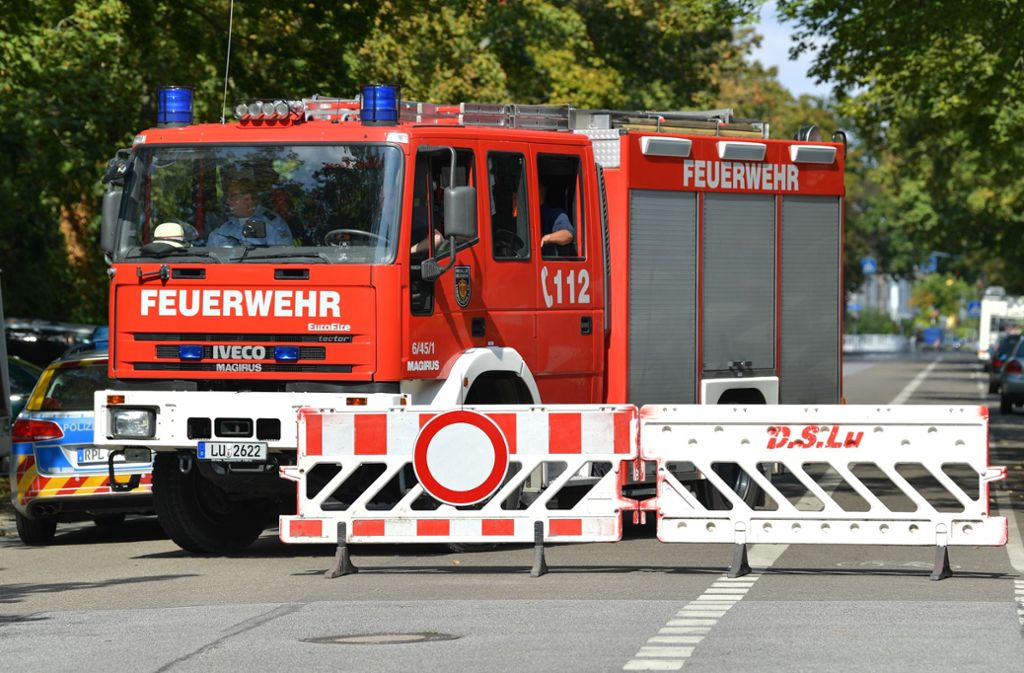 Spezialkräfte der Feuerwehr bereiten einen Einsatz vor, um das Haus durchsuchen zu können. Foto: picture alliance/dpa/Uwe Anspach