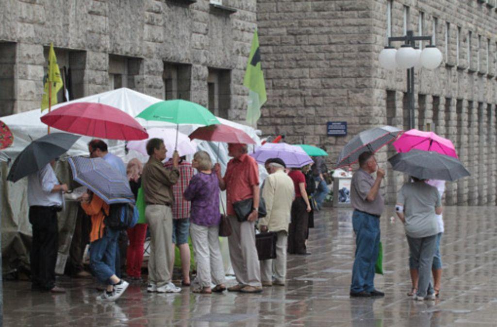 Trotz Regen bleiben viele der Mahnwache treu. Foto: Volker Beck