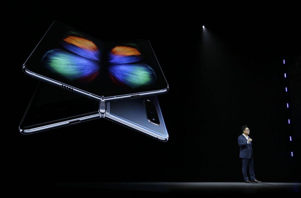 Samsung stellte bereits im Februar das rund 2000 Euro teure Smartphone Galaxy Fold vor. Foto: AP