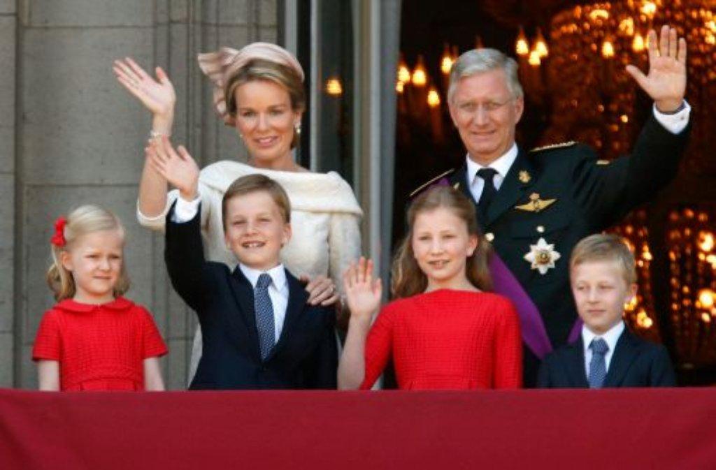 Königin Mathilde von Belgien (hinten links) und König Philippe von Belgien (hinten rechts) grüßen das Volk zusammen mit ihren Kindern (vorne, von links:) Prinzessin Eleonore, Prinz Gabriel, Prinzessin Elisabeth and Prinz Emmanuel. Foto: dpa