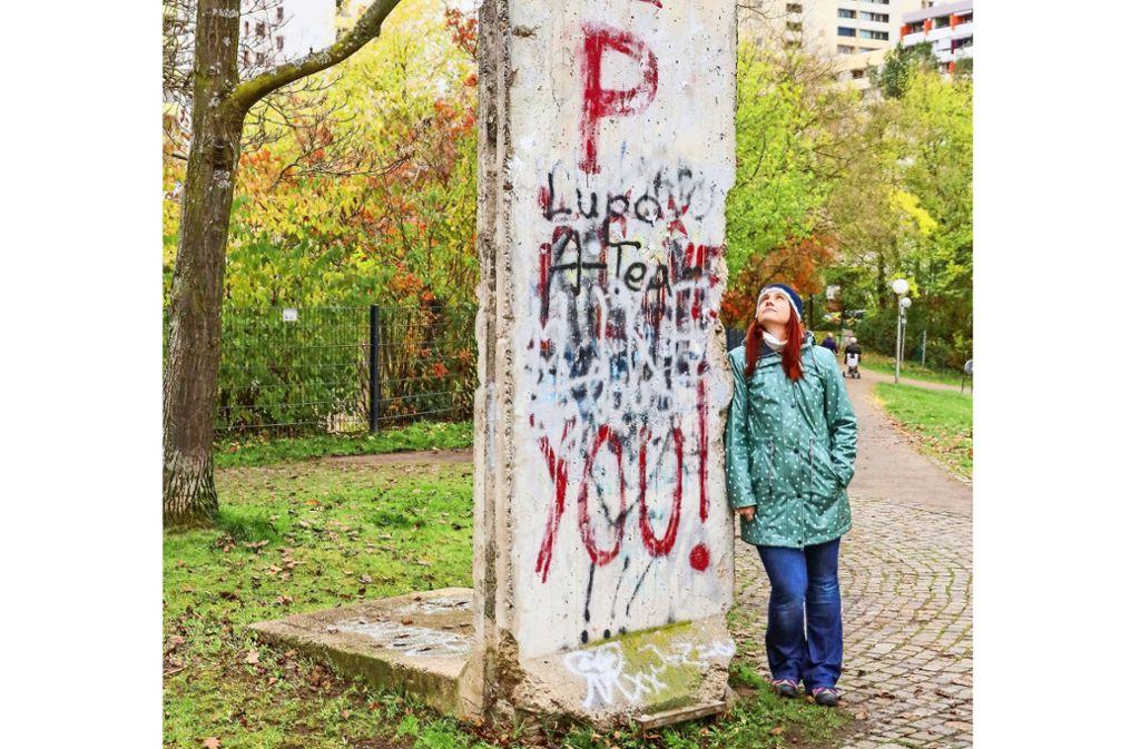 Mahnung? Zeitzeugnis? Kunstwerk? Redakteurin Ulrike Otto am  Mauerstück in Leonberg. Foto: factum/Simon Granville