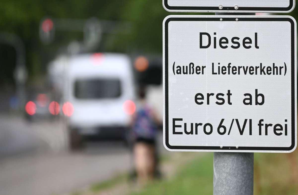 Im Laufe dieser Woche werden nach Angaben einer Stadtsprecherin in Stuttgart die letzten Hinweisschilder für das Diesel-Fahrverbot aufgestellt. Foto: dpa/Marijan Murat