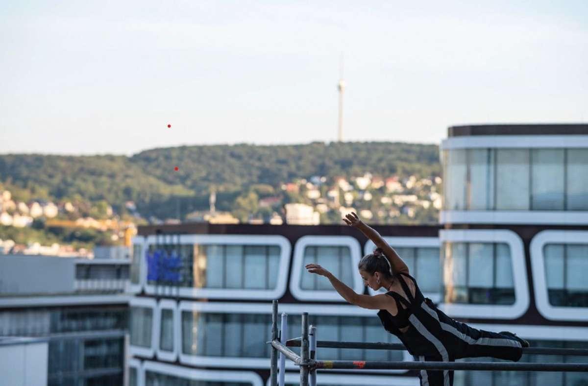"""Von den Dächern Stuttgarts wie dem Geno-Haus  bringt das Azimuth Arts and Dance Ensemble seine """"Roof Top""""-Performance an diesem Dienstag auf die Stufen am Mercedes-Benz-Museum. Foto: Pierre Johne/Azimuth Dance"""