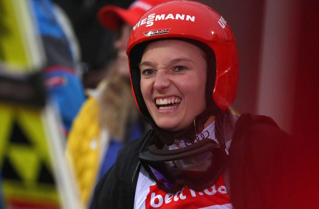 Normalerweise pflegt Katharina Althaus den V-Stil und den Telemark-Aufsprung, doch sie kann auch glänzend mit Nadel und Faden umgehen. Foto: dpa/Karl-Josef Hildenbrand