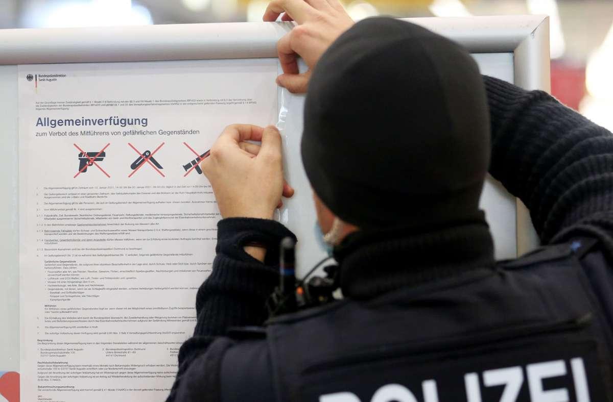 198 Bundespolizisten wurden im zweiten Halbjahr 2020 im Dienst bei gewaltsamen Auseinandersetzungen in Bahnhöfen oder Zügen verletzt. Die Bundespolizei kümmert sich um die Sicherheit an Bahnhöfen. Foto: Roland Weihrauch/dpa