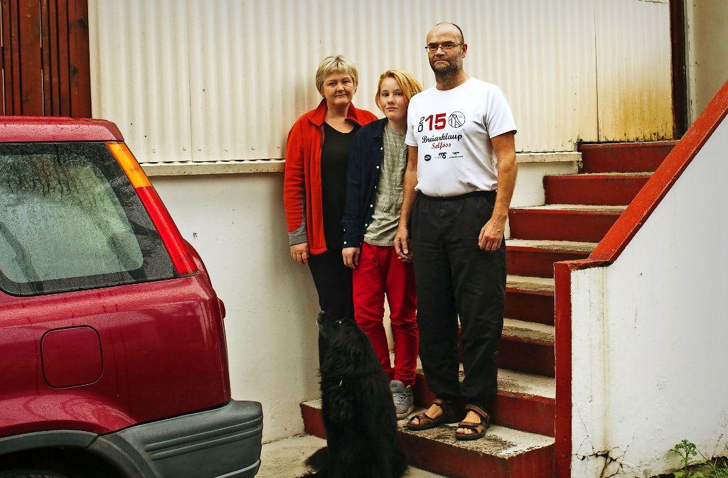 Elin Finnbogadottir und Daniel Gudmundsson leben mit ihrem Enkel Jon im Süden Islands. Foto: Clara Nebeling