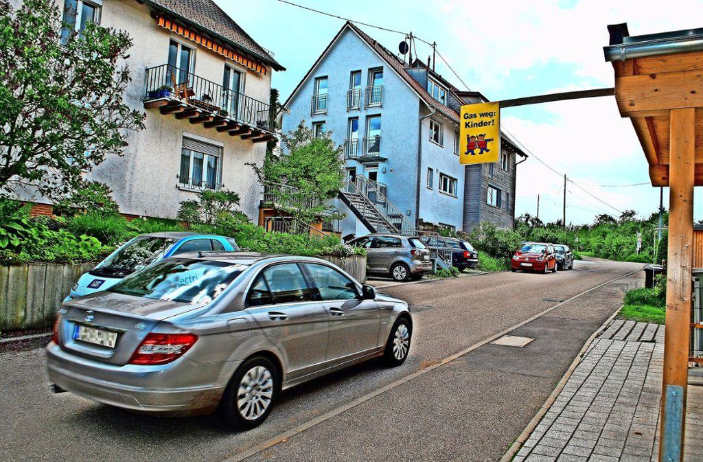 Anwohner der Tiroler Straße lehnen einen vorübergehenden Busverkehr auf der schmalen Straße ab. Foto: Kuhn