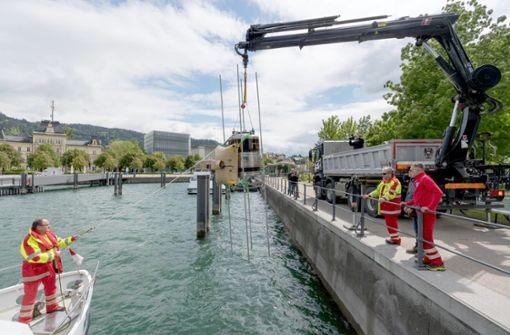 Winzer holt Wein nach einem Jahr wieder aus der Tiefe des Bodensees