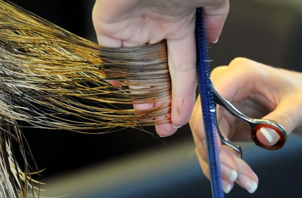 Beim Friseurbesuch kann durchaus mal was schiefgehen – zum Beispiel beim Färben. Foto: dpa