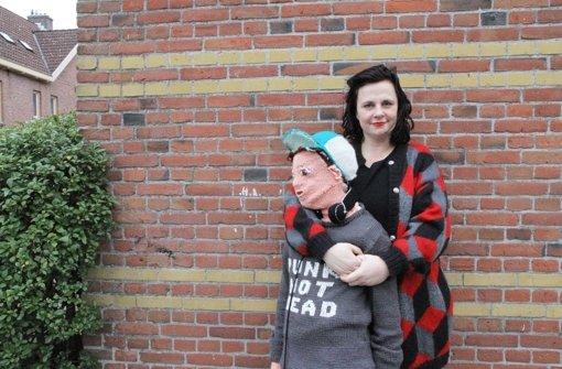Marieke Voorsluijs mit ihrem selbstgestrickten Sohn. Foto: dpa