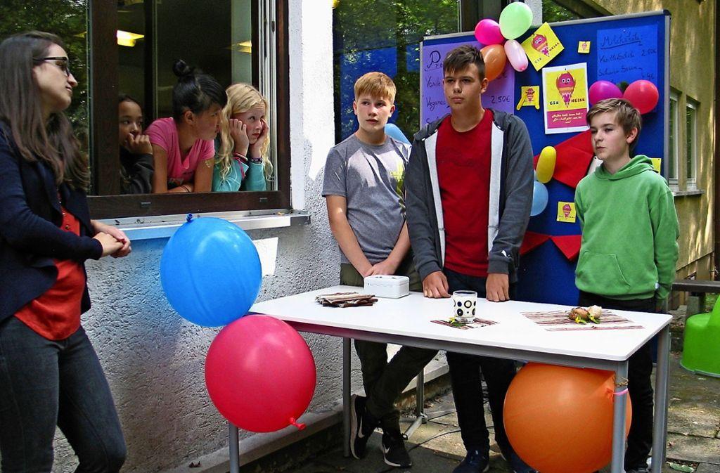 Diese drei Jungen haben  an ihrem Stand   frittiertes Eis präsentiert. Das Publikum war gespannt, aber auch etwas skeptisch. Foto: Susanne Müller-Baji