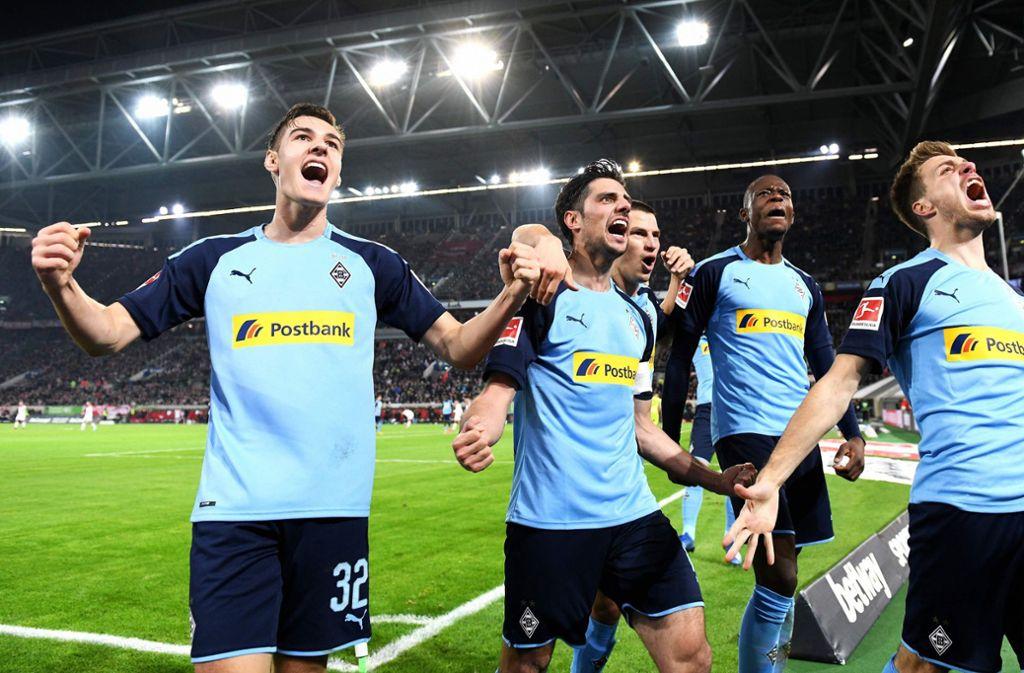 Die Gladbacher freuen sich über ihren klaren Sieg in Düsseldorf. Foto: AFP/UWE KRAFT