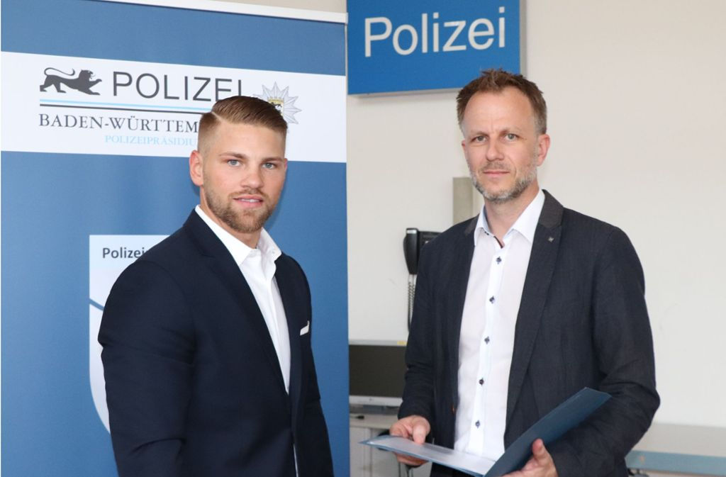 Der Kriminaloberrat Martin Lühning (rechts) bedankt sich bei Markus Eberhardt für die Hilfe. Foto: Polizei