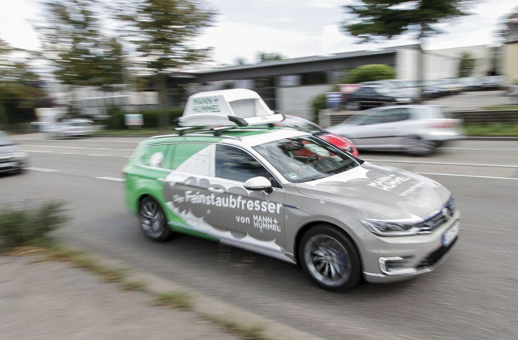 Kein Dachträger, sondern Luftreiniger: Drei Fahrzeuge mit Filtern von Mann + Hummel sind derzeit zu Testzwecken auf den Stuttgarter Straßen unterwegs. Foto: factum/Bach