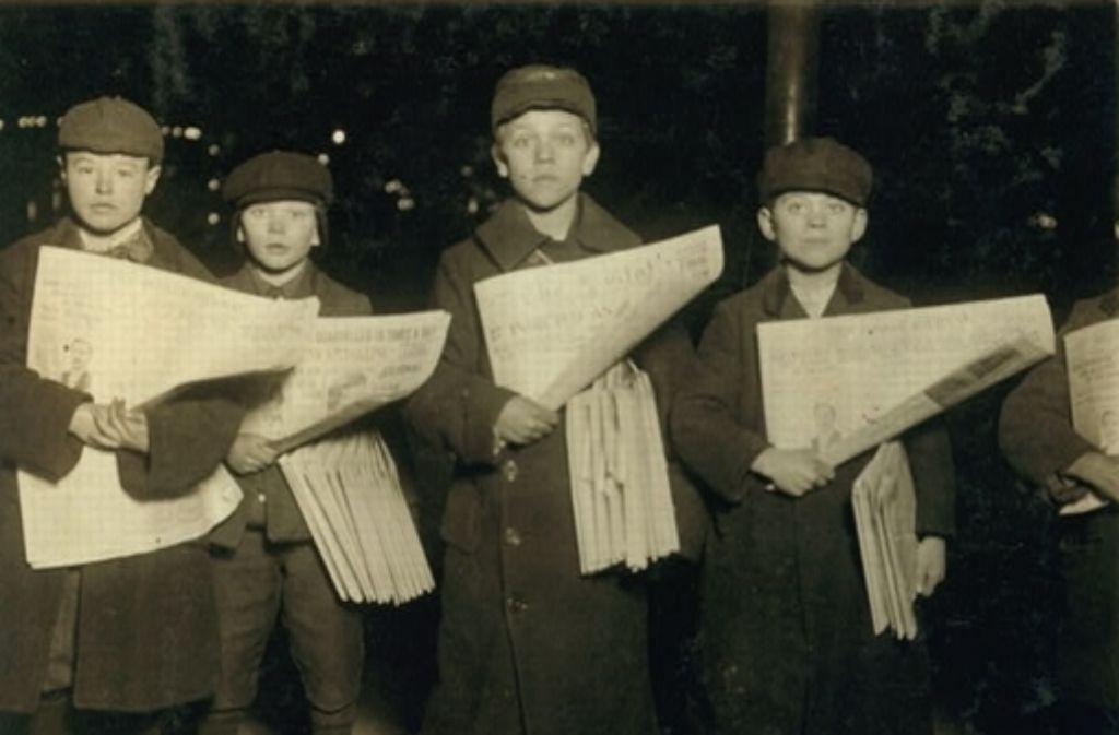 Einst mussten die in den USA auch Newsies genannten Zeitungsjungen, die Paperboys, harte Kinderarbeit leisten, wie diese Buben in Brooklyn 1909. Der Ausdruck Paperboy für Journalisten ist trotzdem keine reine Respektsbezeugung. Foto: Lewis Hine/LoC