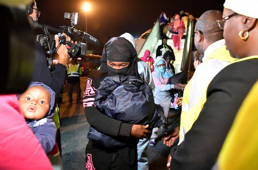 Migranten von der Elfenbeinküste kommen am 20. November 2017 nach der erfloglosen Flucht nach Libyen wieder in ihrer Heimat am Flughafen der Hauptstadt Abidjan an. Foto: AFP