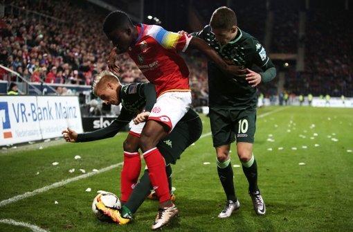 Der Mainzer Jhon Cordoba (Mitte) und die Mönchengladbacher Oscar Wendt (l.) und Thorgan Hazard kämpfen um den Ball. Foto: dpa