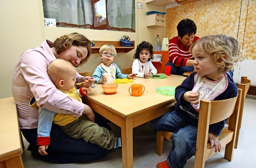 Kinderbetreuung erfordert Fachkräfte. Doch nicht zwingend müssen es Erzieher sein. Foto: dpa