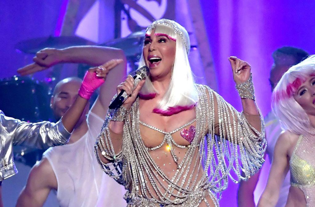 """Mit dem """"Ikonen-Preis"""" wurde Cher ausgezeichnet – im Alter von 71 Jahren! In unserer Galerie zeigen wir die besten Bilder des Abends. Klicken Sie sich durch. Foto: Getty Images"""