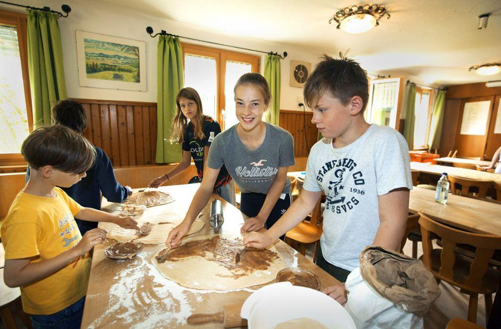 Lilly Pflüger (zweite von rechts) hilft beim Backen. Foto: Horst Rudel