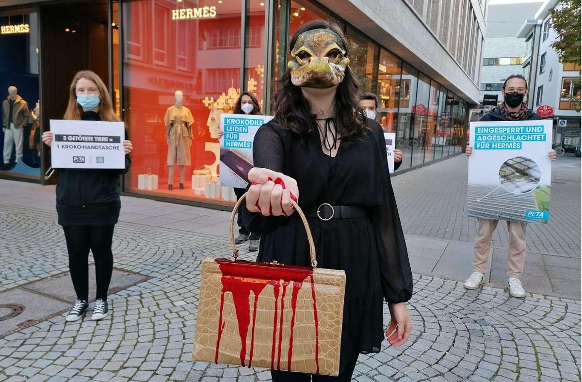 Die Peta-Aktion fand vor der Stuttgarter Hermés-Filiale statt. Foto: Andreas Rosar/Fotoagentur Stuttgart