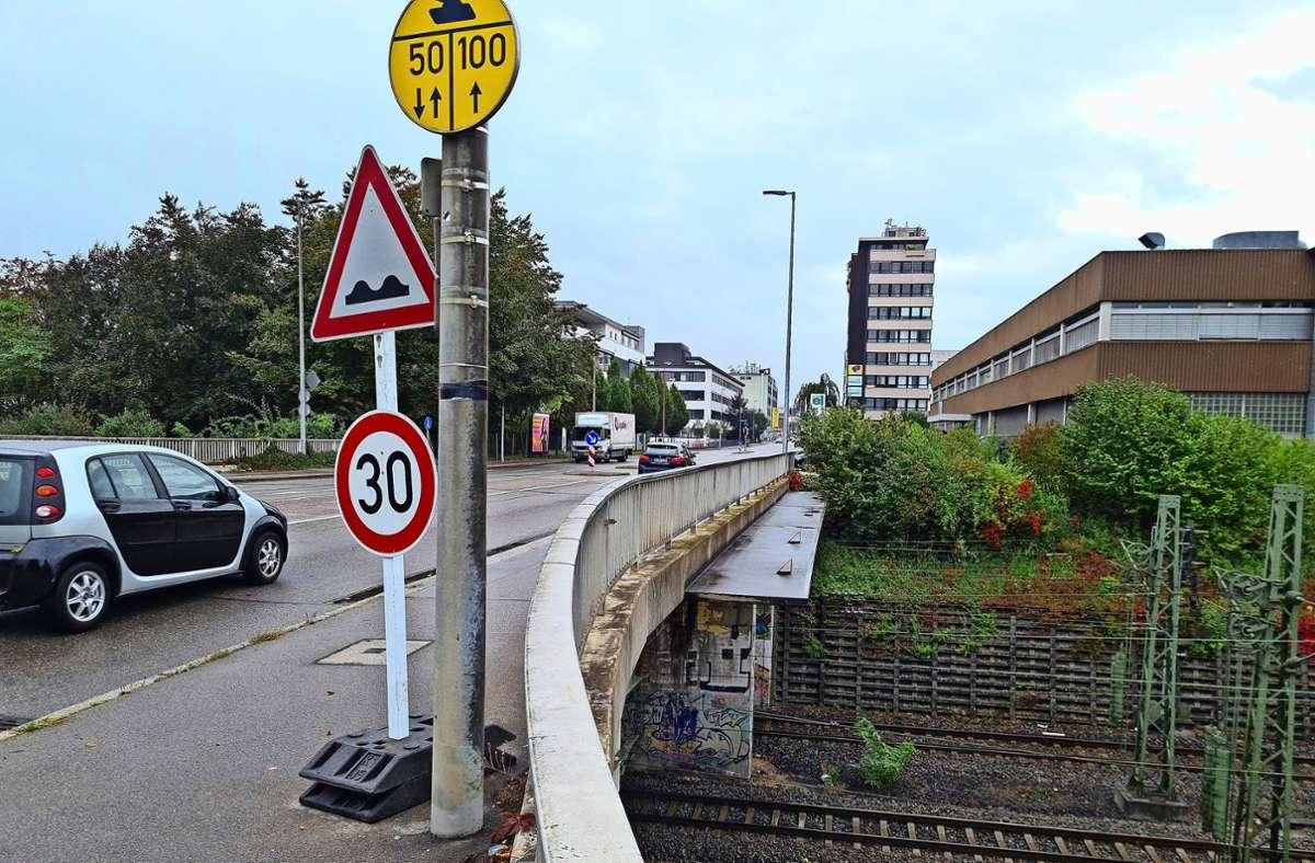 Sicherheit geht vor: Seit Mittwoch gilt  auf der Höhenstraße in Richtung Süden an der Brücke über die Gleise Tempo 30. Foto: Patricia Sigerist