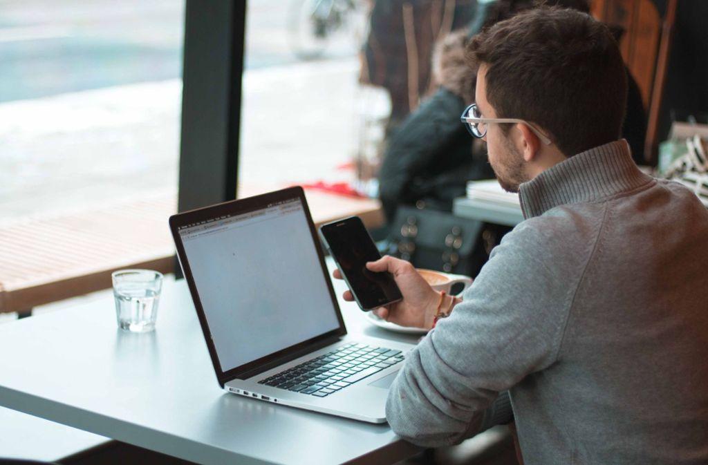 Digitale Geräte sollte man immer auf dem neuesten Stand der Sicherheit halten. Sonst können sich Verbrecher Zugang zu persönlichen Daten verschaffen. Foto: Unsplash/Joseph Gruenthal