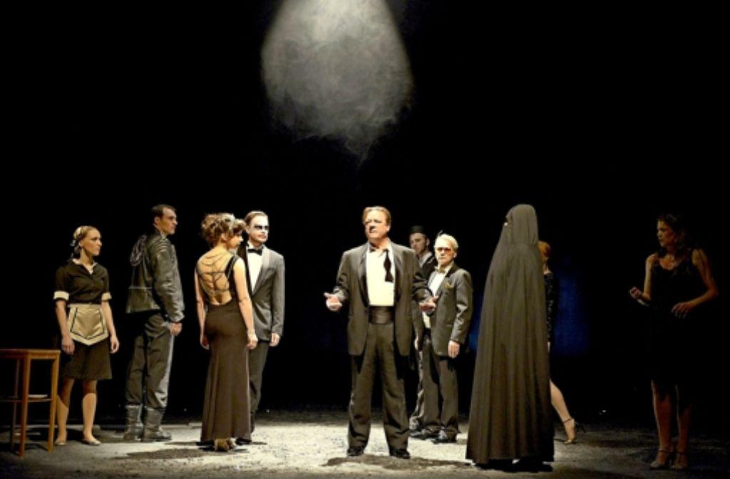Im Nachtclub  der Religionen: Peter Kurth als Nathan (Mitte), umringt von der Gesellschaft der   Lobbyisten Foto: Bettina Stöß