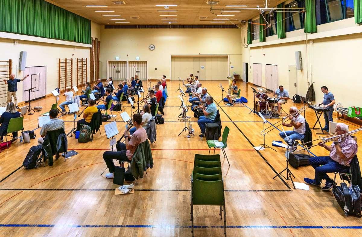 Der Musikverein Münchingen probt nun in der Albert-Buddenberg-Halle. Dem Dirigenten gefällt die Akustik. Foto: factum/Andreas Weise