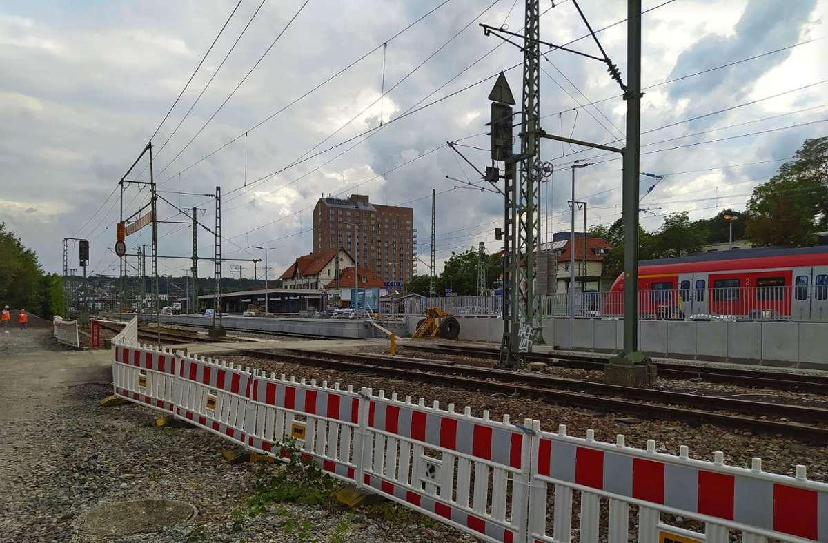 Trotz Baustellenzäunen ist der neue Bahnsteig zwischen den Gleisen 4 und 6 schon einsatzbereit. Foto: /Alexandra Kratz