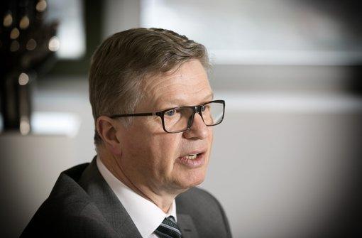 Der Landrat Heinz Eininger sagt, der Kreis Esslingen  nehme keine Flüchtlinge mehr auf. Foto: Horst Rudel