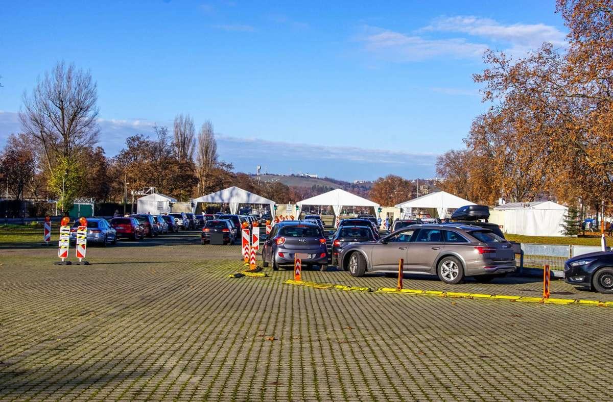 Kurz vor Weihnachten: Lange Blechschlangen bilden sich am Corona-Testzentrum in Bad-Cannstatt. Foto: 7aktuell.de/Andreas Werner