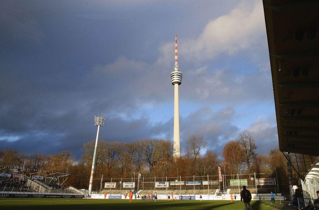 Dunkle Wolken unterm Fernsehturm bei den Kickers Foto: Pressefoto Baumann